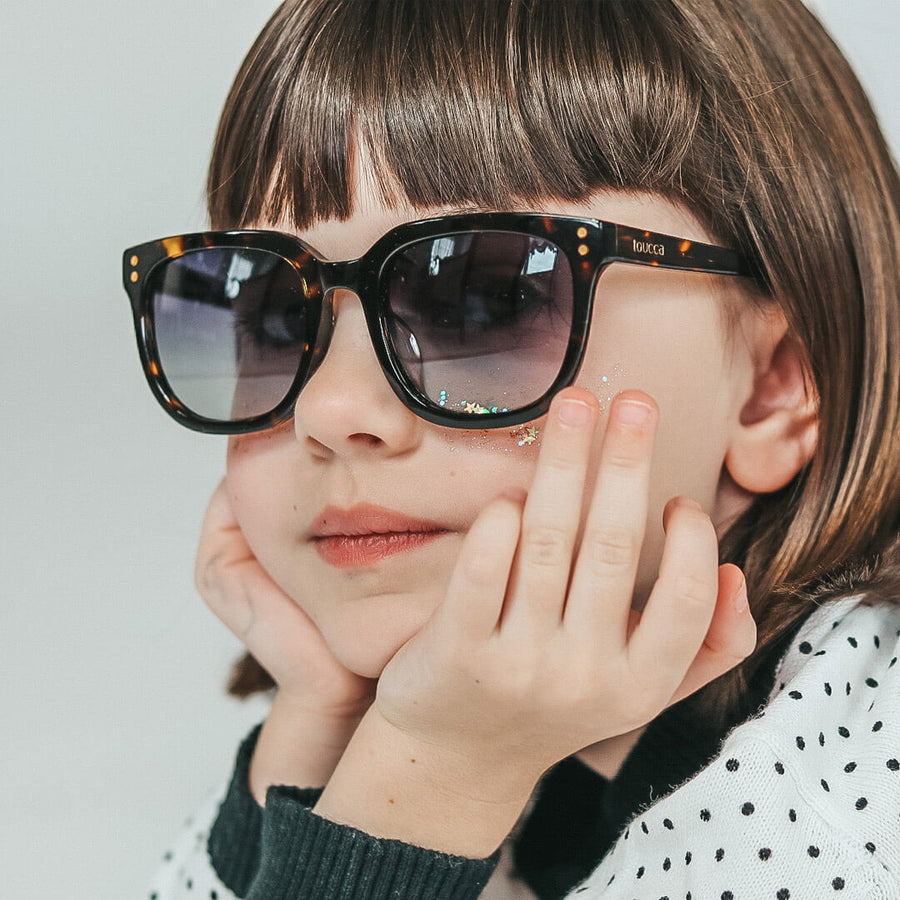 toucca kids tortoise kids polarized sunglasses - adorable girl posing while wearing tortoise sunglasses