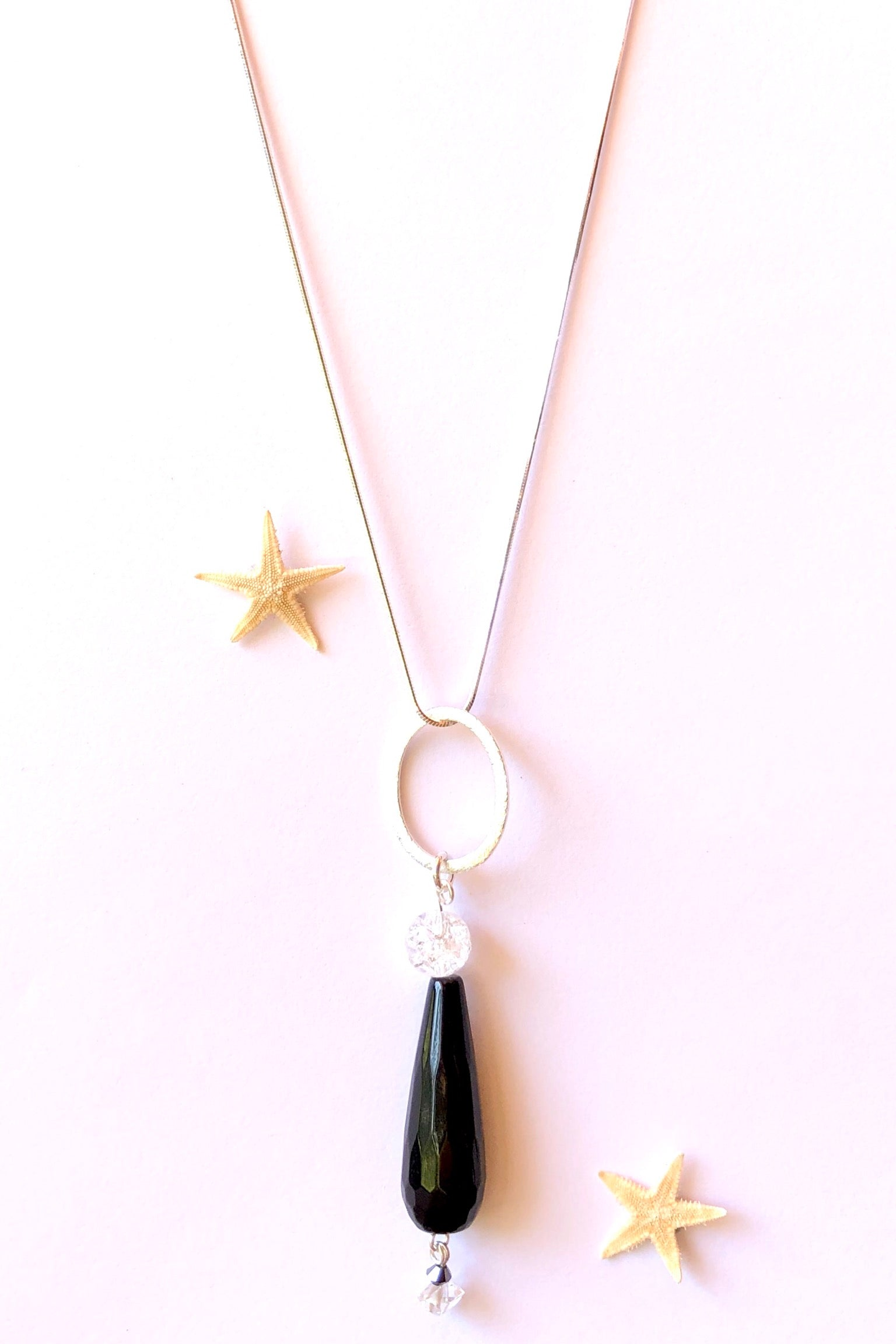 The Pendant Rock Droplet Jet Black is a chic necklace which brings a minimalist style to any outfit