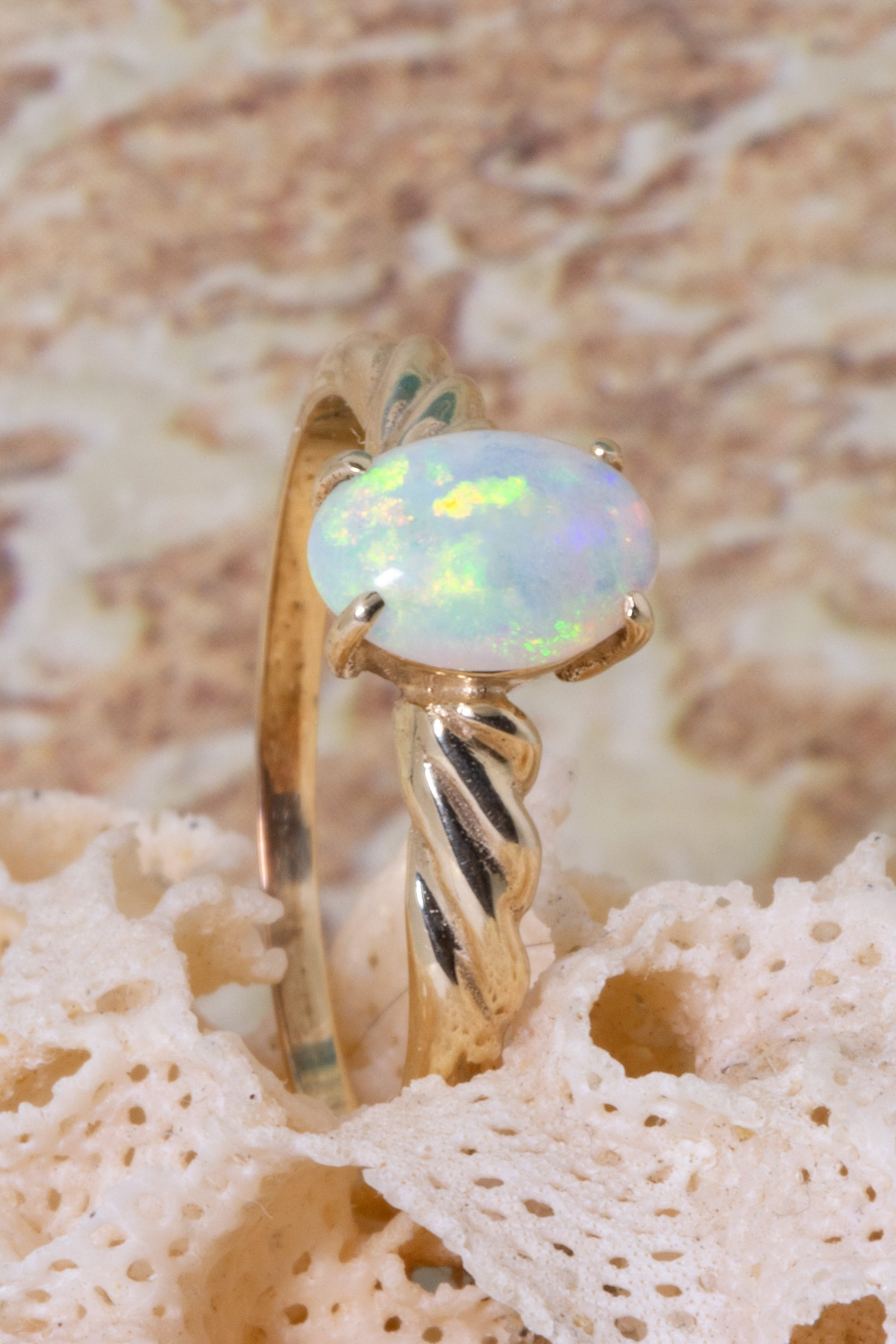 This pretty pre-loved vintage ring features a beautiful luminescent oval Australian Opal gemstone