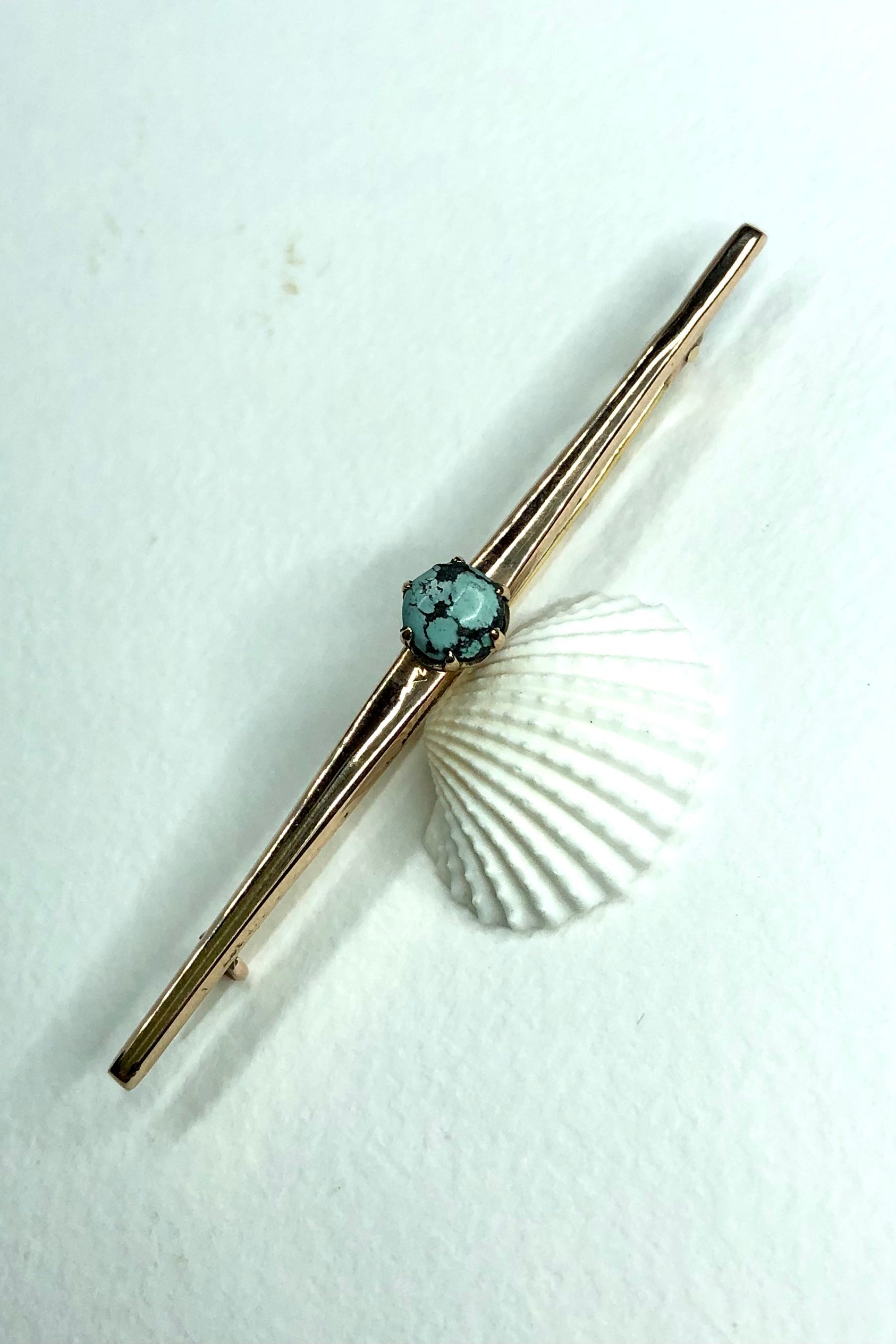 at 6cm across it can be worn as a tie pin or a bar brooch. In 9ct gold