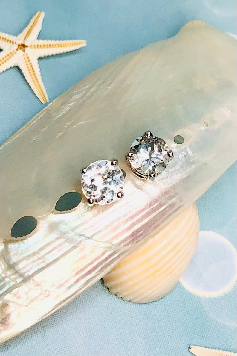 A perfectly pretty everyday stud, our Earring White Topaz Stud is in a  925 silver setting.