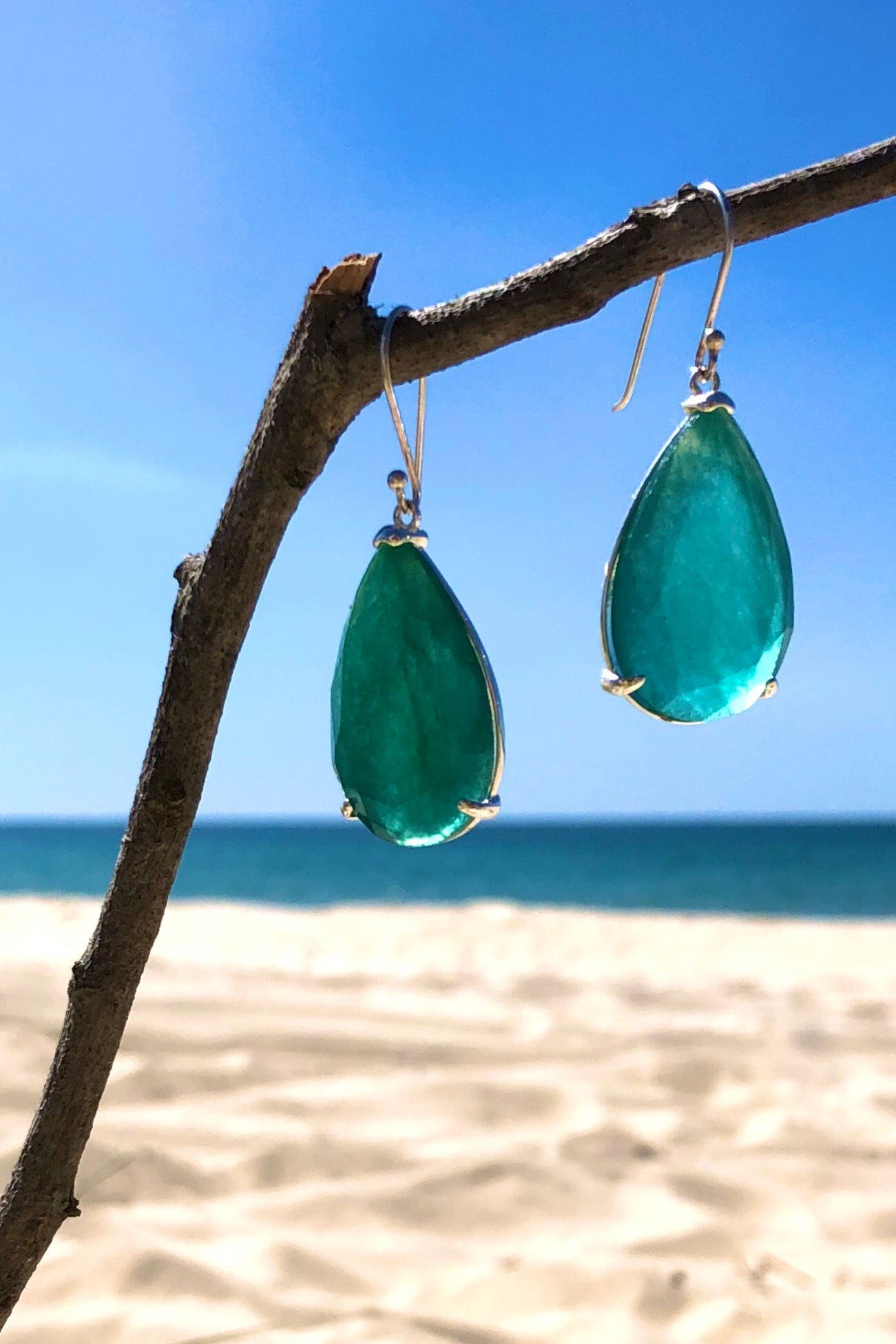 Beautiful dew drops of crystallised stones in Rose Quartz or Emerald Green, the silver hook earrings of dreams are the Earrings Rock Opera Petal.