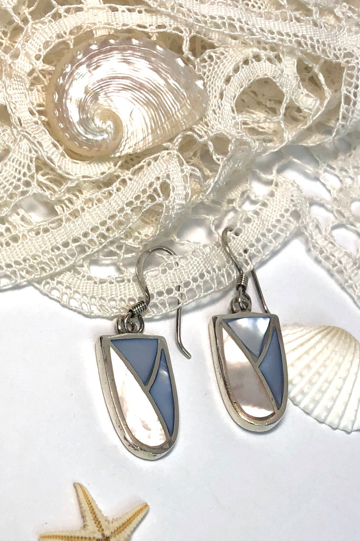 Earrings Sala Pop Inlay in 925 Silver are drop style earrings featuring an inlay of Mother of Pearl.