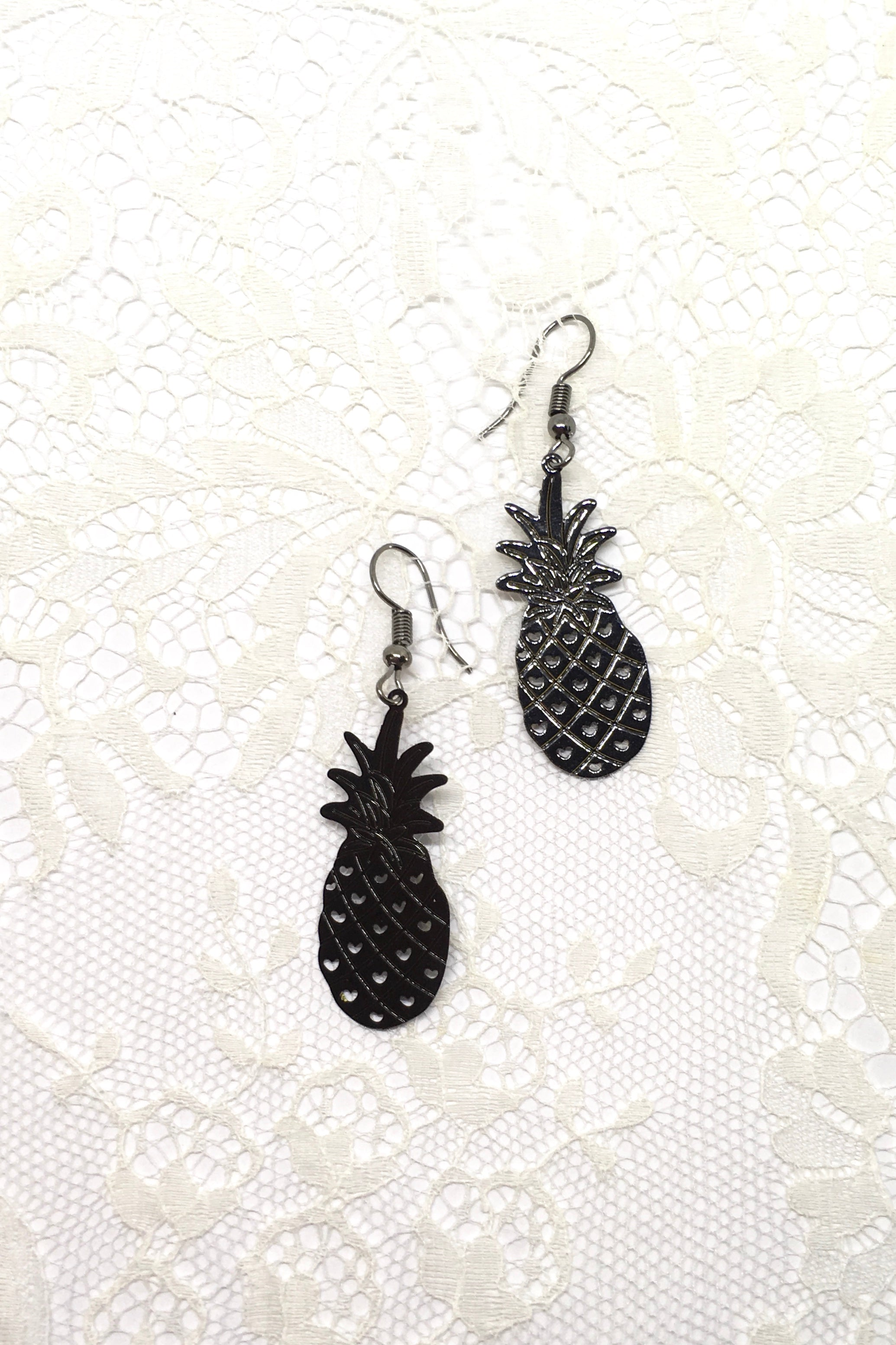 Earrings Fluttery Pineapple in Black