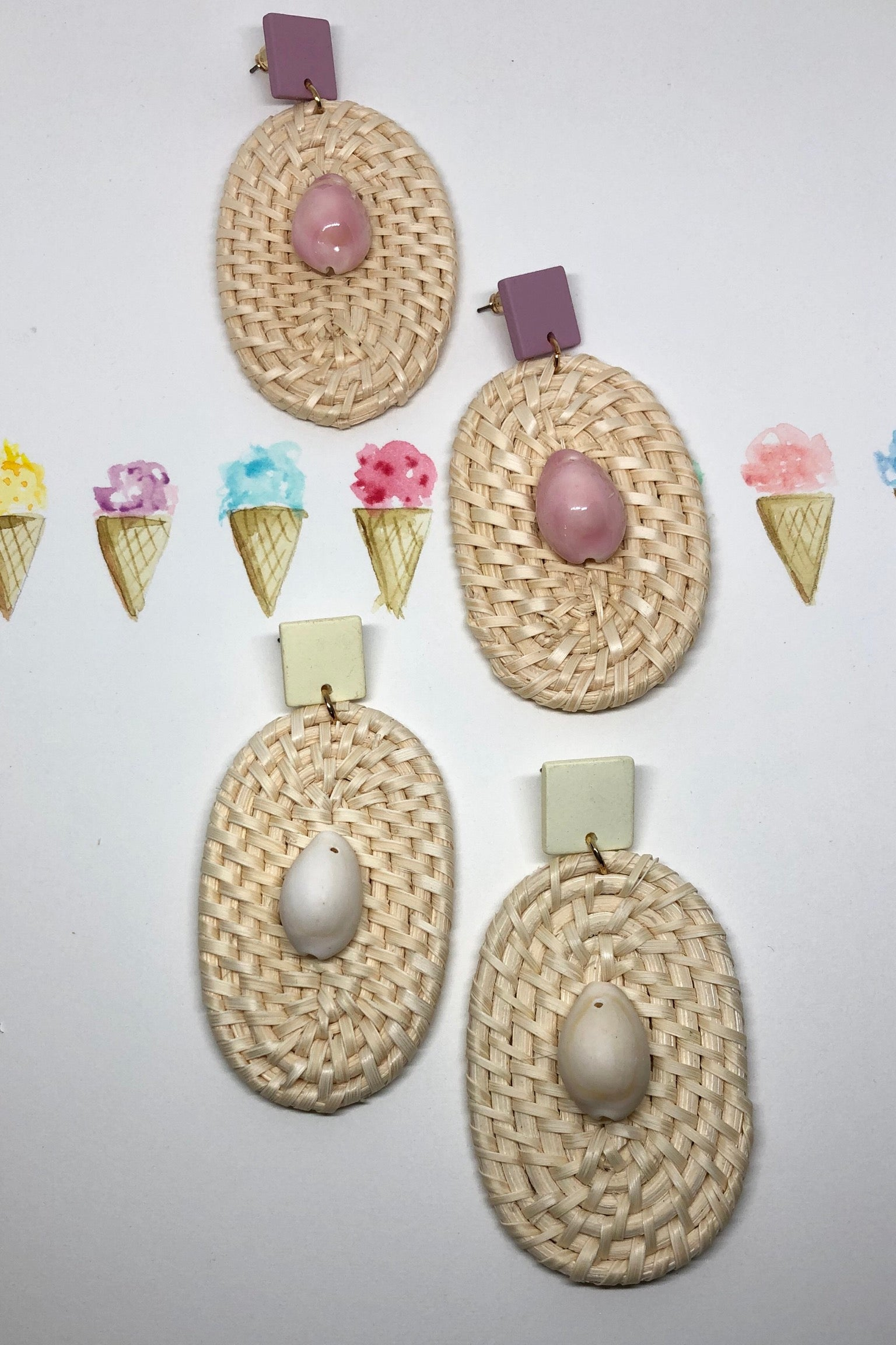 Earrings rattan oval with a cowrie shell