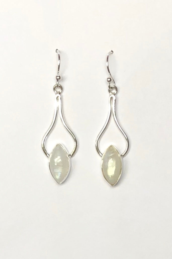 A beautifully balanced gemstone in a silver earring, this 925 silver design features a swoop of silver from which hangs a droplet of moonstone gemstone.