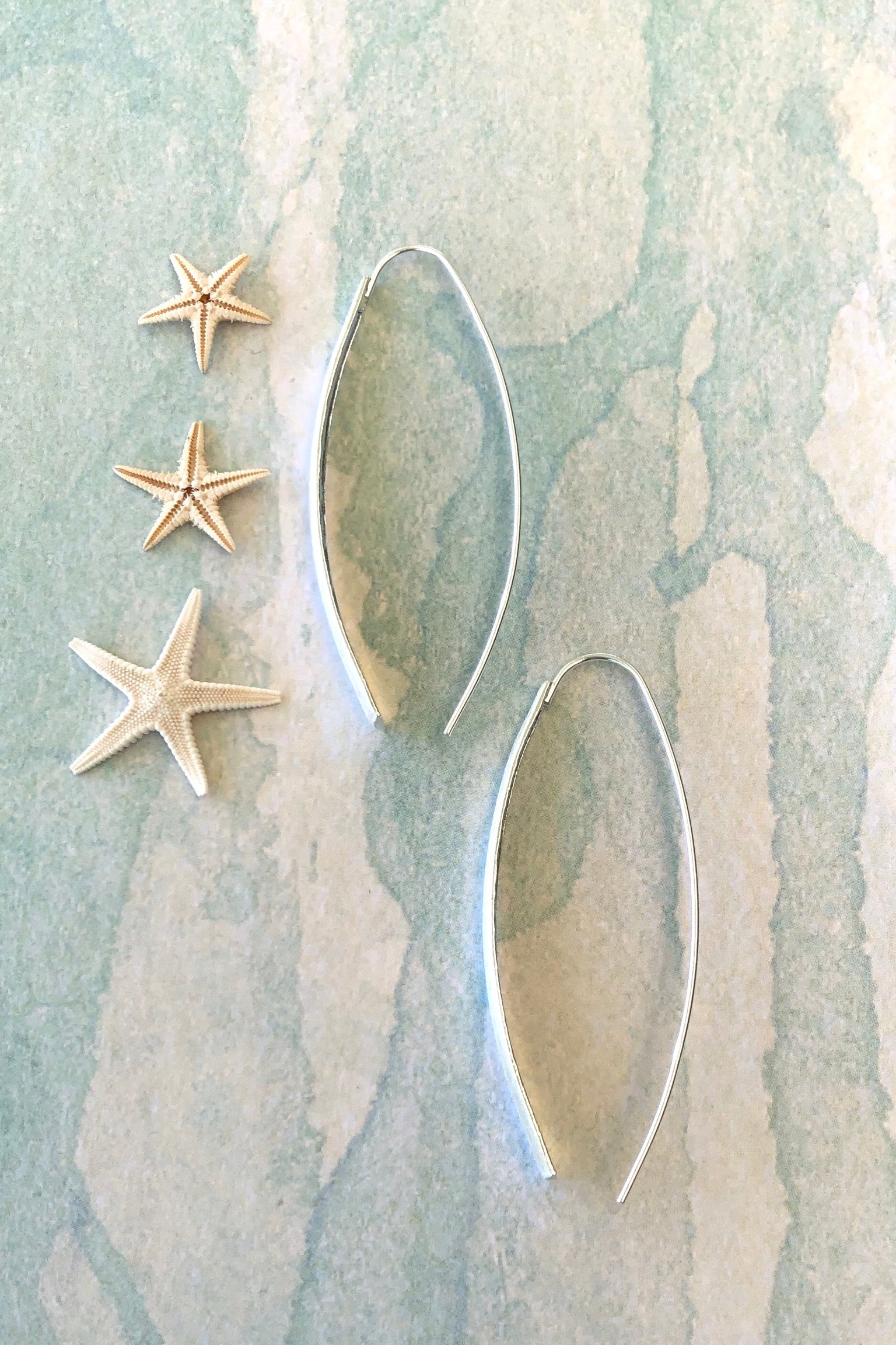 Earrings Sala Swoop in 925 Silver. Long structured ultra fine silver that hooks through the ear, bring bohemian jewels