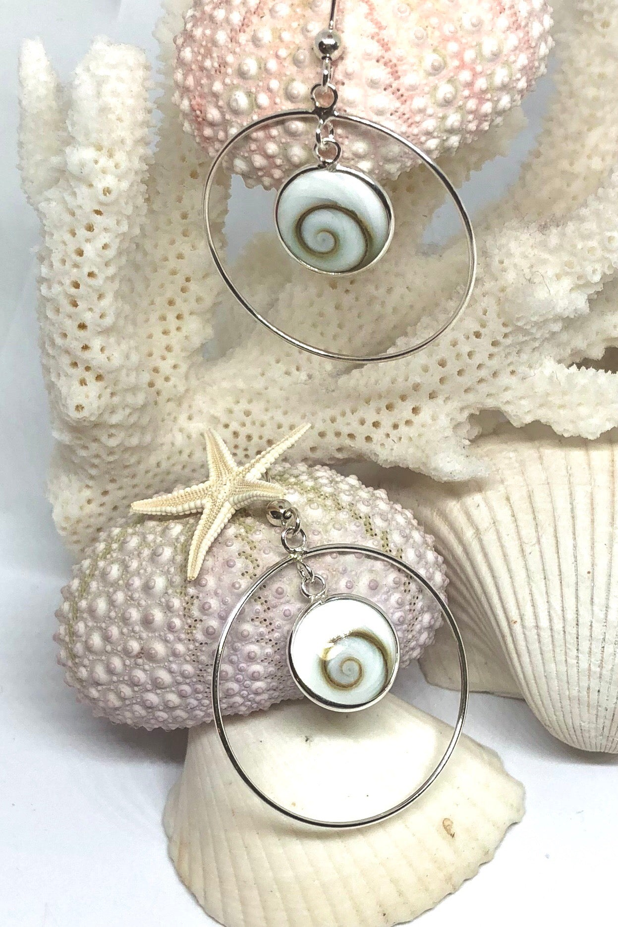 A special piece of jewellery, the Earrings Cay Shiva Shell Hoop have approximate 1 cm length of shell, hoop is 3cm size, 925 solid silver hoop and hook, delicate little round shiva shell design.