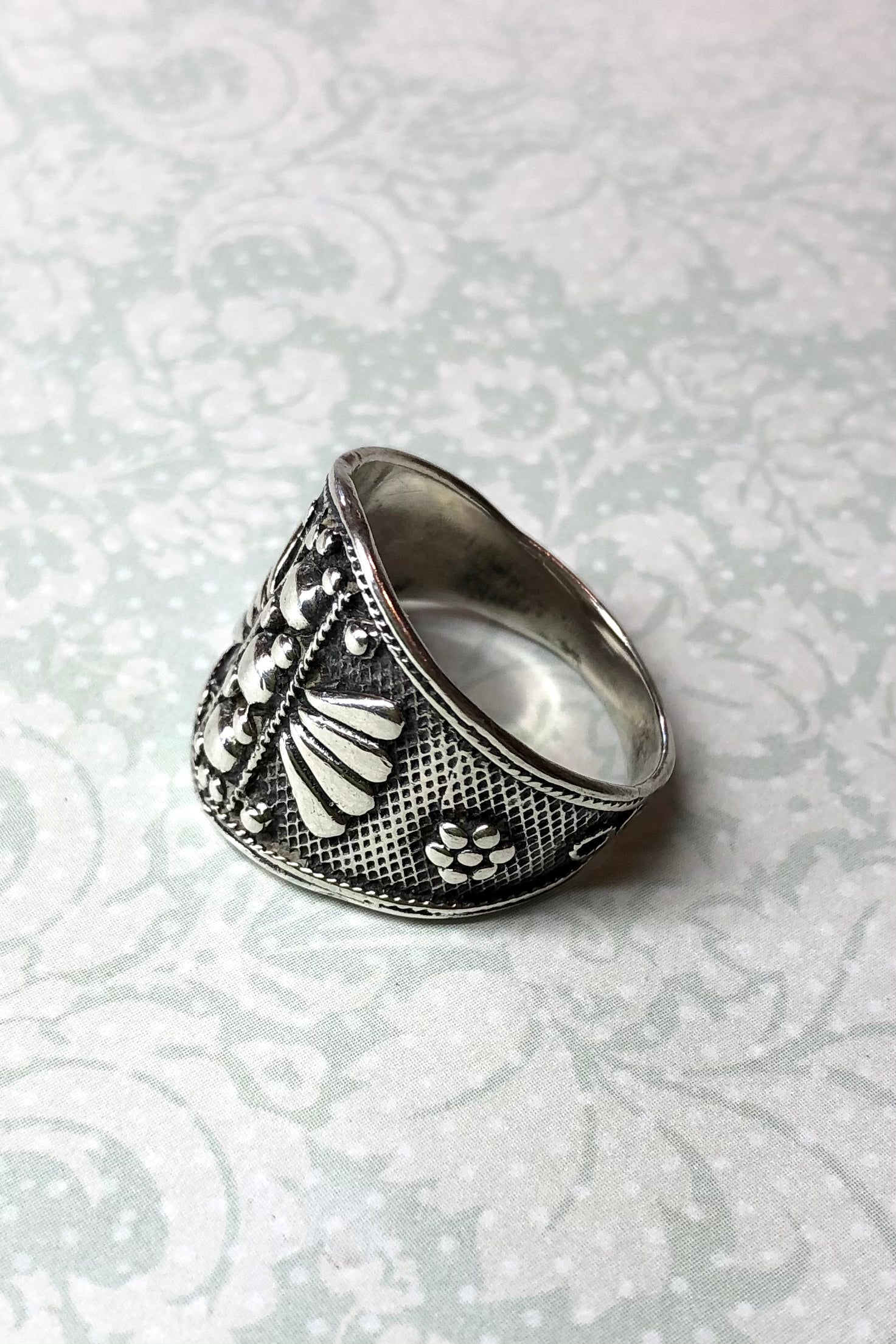 A really interesting style the Echo Ring Aztec Style is a statement piece, pre loved and with an interesting vibe,