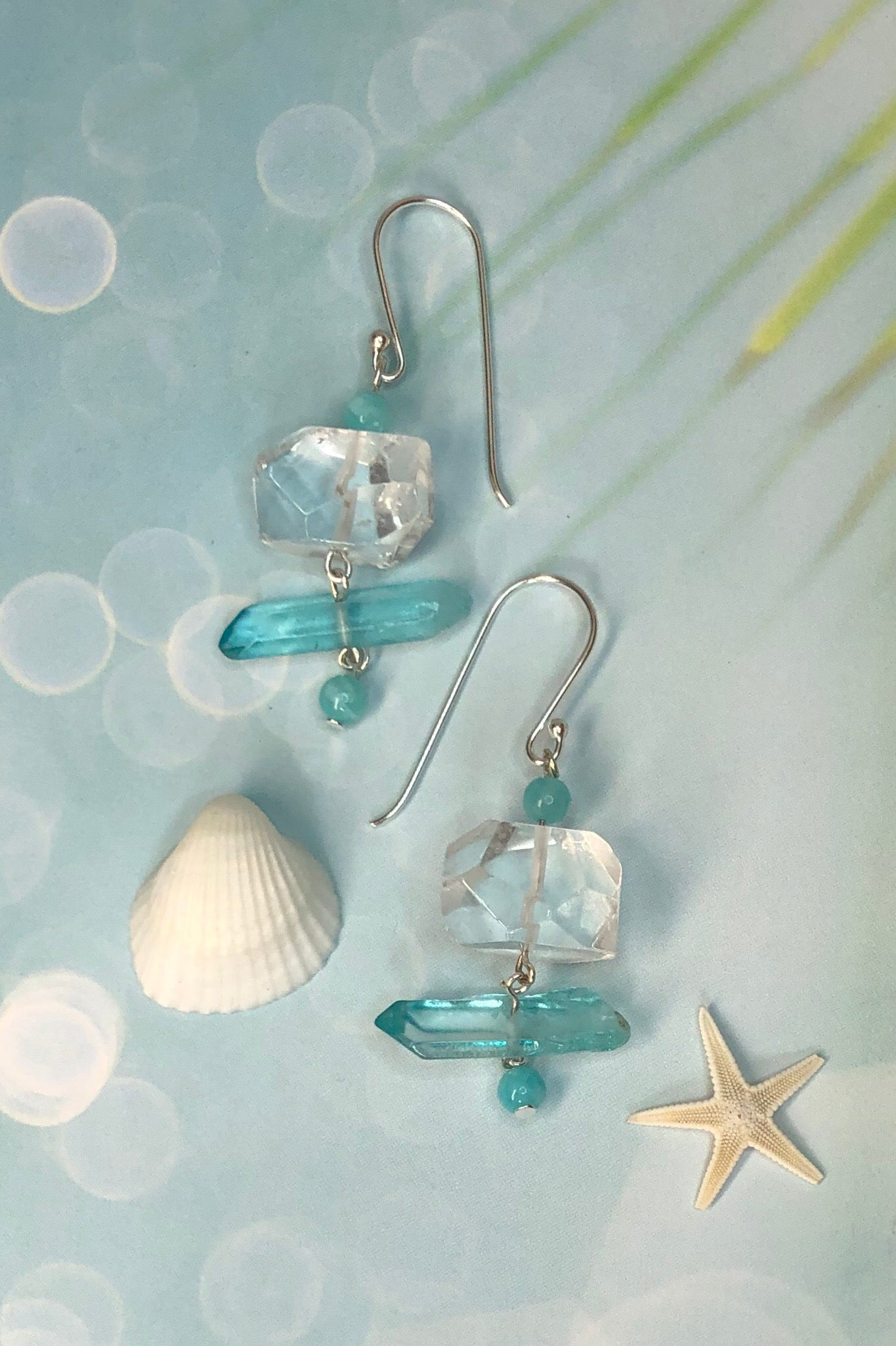the Earrings Serendipity Blue Rock are designed to sparkle like a turning wave. A drop design, with the sparkle of crystal.