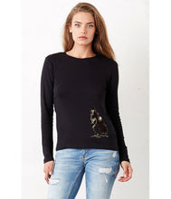 Women T-shirt - frontshot - photoshoot - model -  organic cotton - long sleeved - round neck - printdesign - drawing - JanaRoos - horse - paard