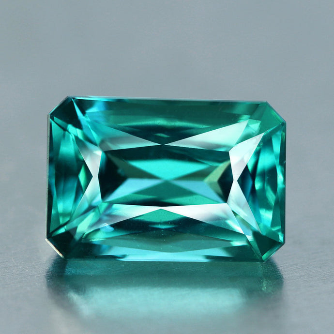 VVS Paraiba swimming pool blue apatite with master cut.