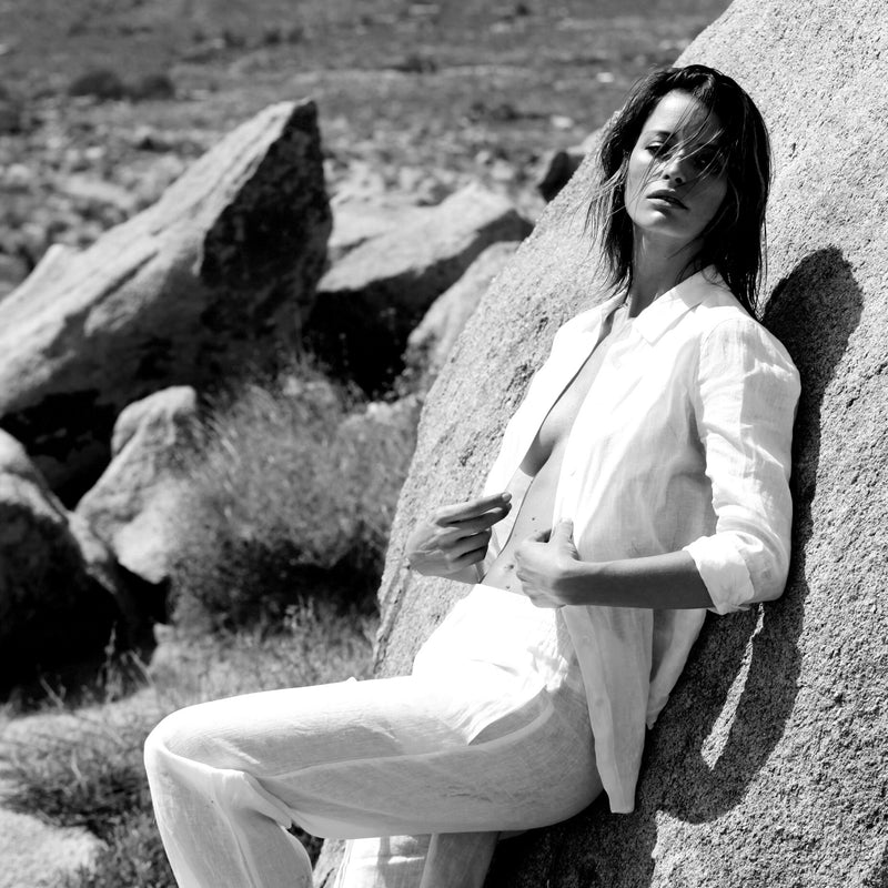 woman wearing an assorted white linen shirt and pants in the desert of palm springs