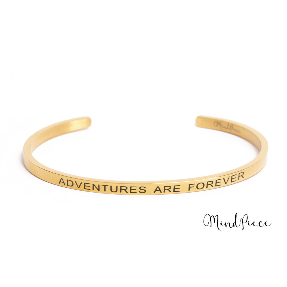 Gouden bangle quote armband met de tekst Adventures are Forever.