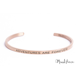 Rose gouden bangle quote armband met de tekst Adventures are Forever.