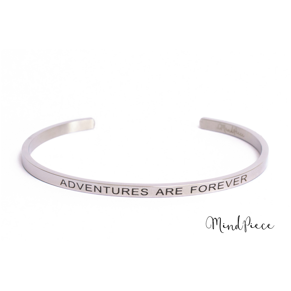 Zilveren bangle quote armband met de tekst Adventures are Forever.