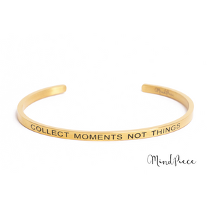 Gouden bangle quote armband met de tekst Collect Moments Not Things.