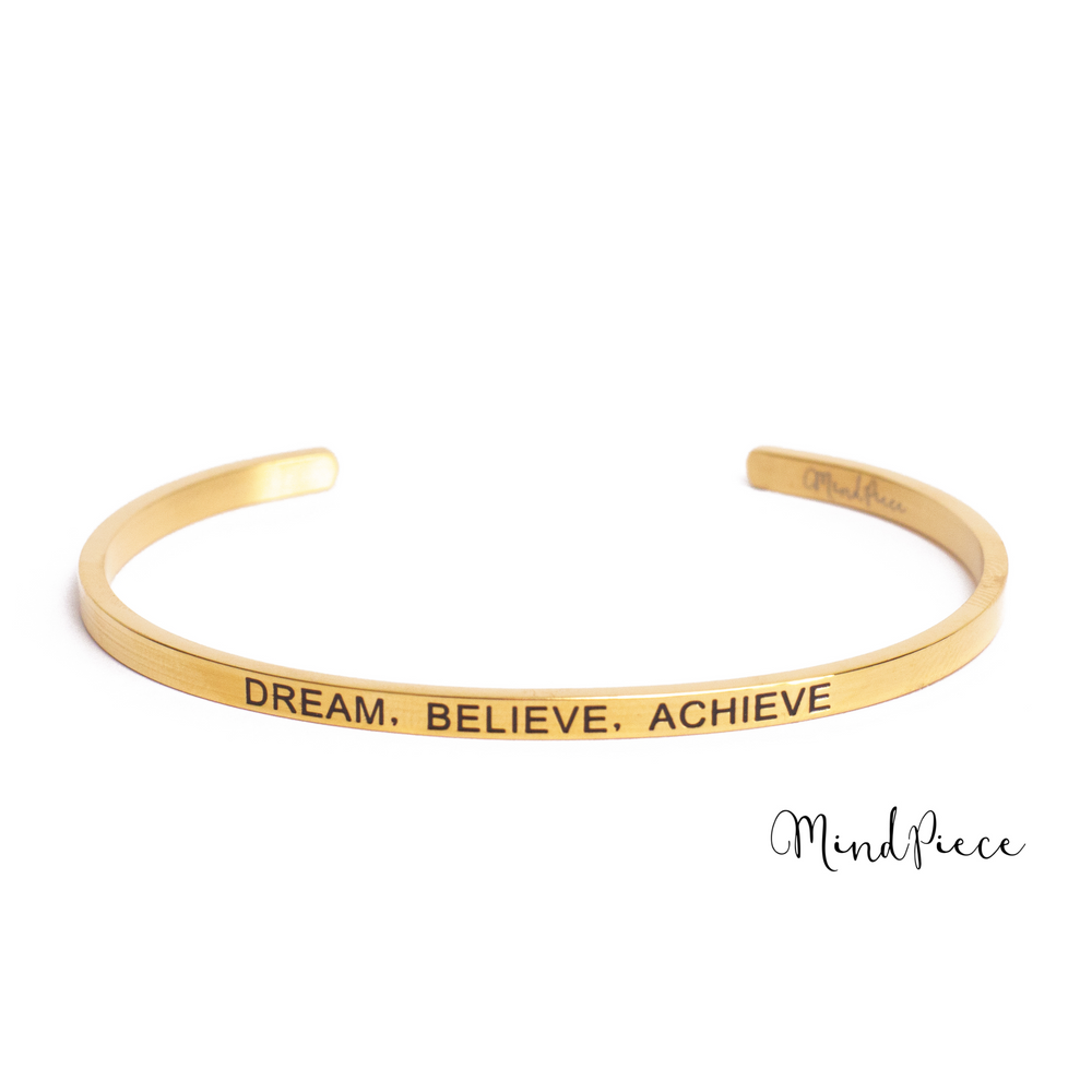 Gouden bangle quote armband met de tekst Dream, Believe, Achieve