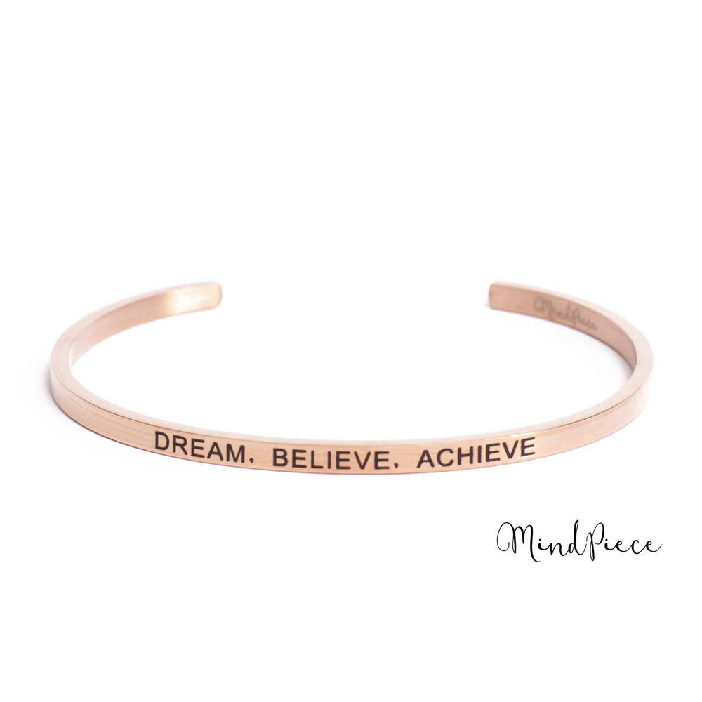 Rosé gouden bangle quote armband met de tekst Dream, Believe, Achieve