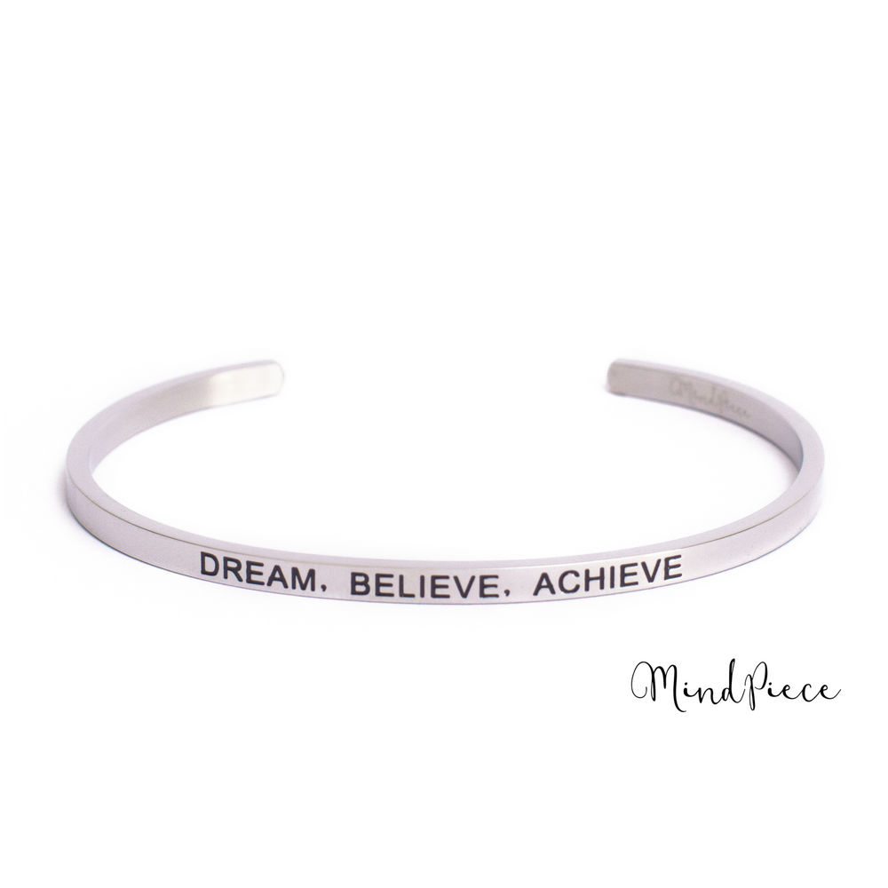 Zilveren bangle quote armband met de tekst Dream, Believe, Achieve