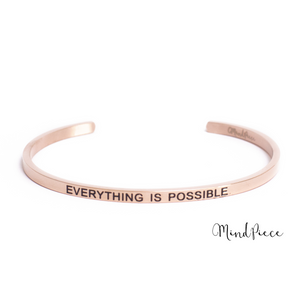 Laad afbeelding in Gallery viewer, Rosé gouden bangle quote armband met de tekst Everything is Possible