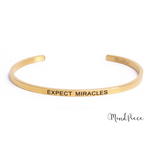 Gouden bangle quote armband met de tekst Expect Miracles