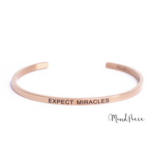 Rosé gouden bangle quote armband met de tekst Expect Miracles