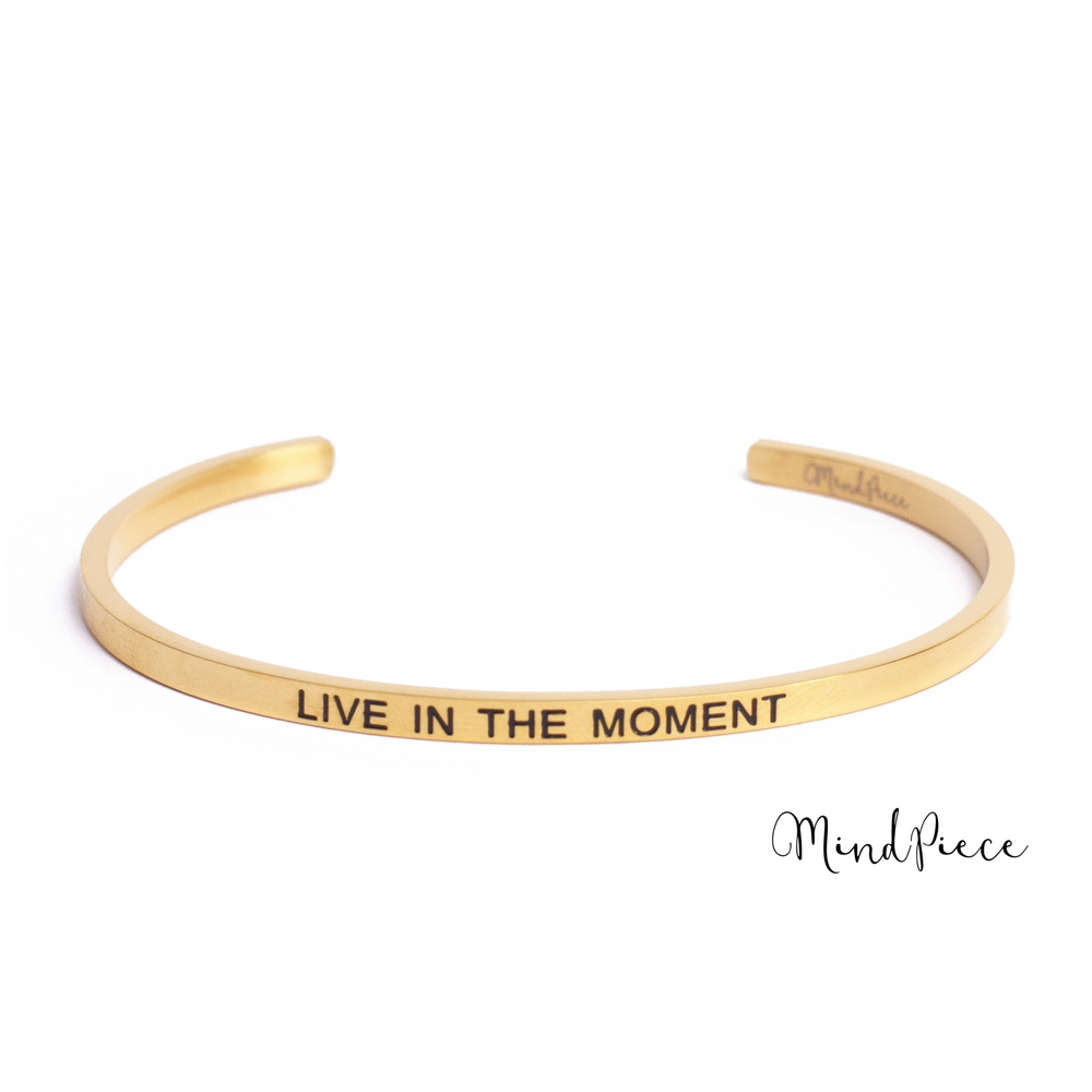 Laad afbeelding in Gallery viewer, Gouden bangle quote armband met de tekst Live in the Moment.