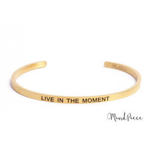 Gouden bangle quote armband met de tekst Live in the Moment.