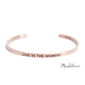 Rosé gouden bangle quote armband met de tekst Live in the Moment.