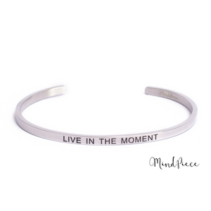 Zilveren bangle quote armband met de tekst Live in the Moment.
