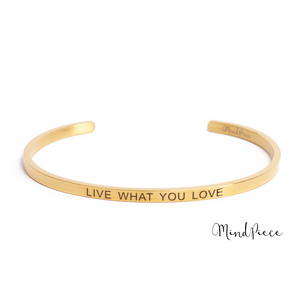 Laad afbeelding in Gallery viewer, Gouden bangle quote armband met de tekst Live with you Love
