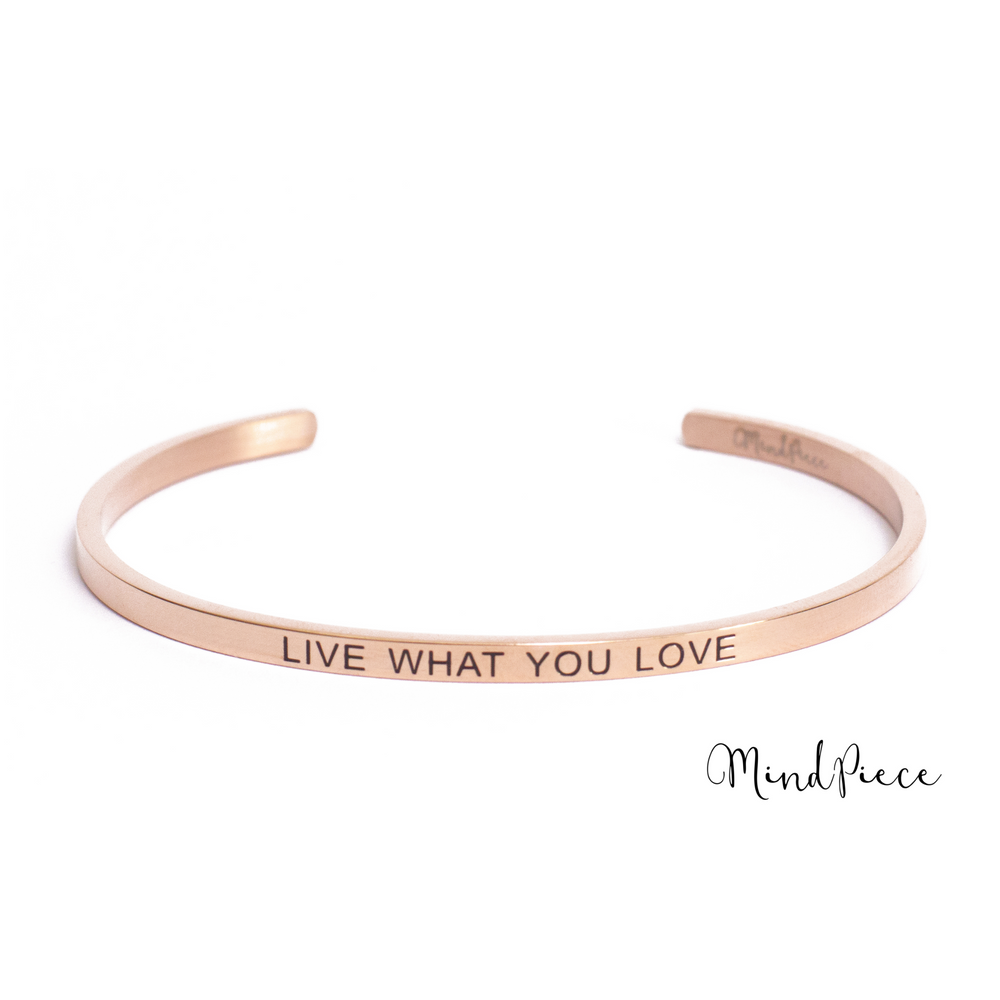 Laad afbeelding in Gallery viewer, Rosé gouden bangle quote armband met de tekst Live with you Love