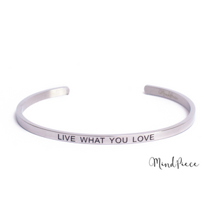 Laad afbeelding in Gallery viewer, Zilveren bangle quote armband met de tekst Live with you Love