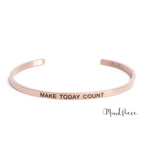 Laad afbeelding in Gallery viewer, Rosé gouden bangle quote armband met de tekst Make Today Count