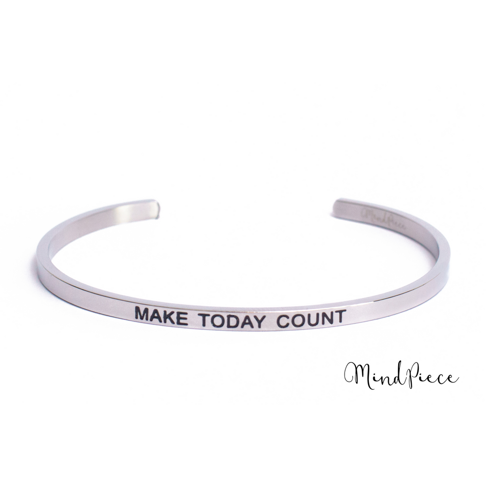 Laad afbeelding in Gallery viewer, Zilveren bangle quote armband met de tekst Make Today Count