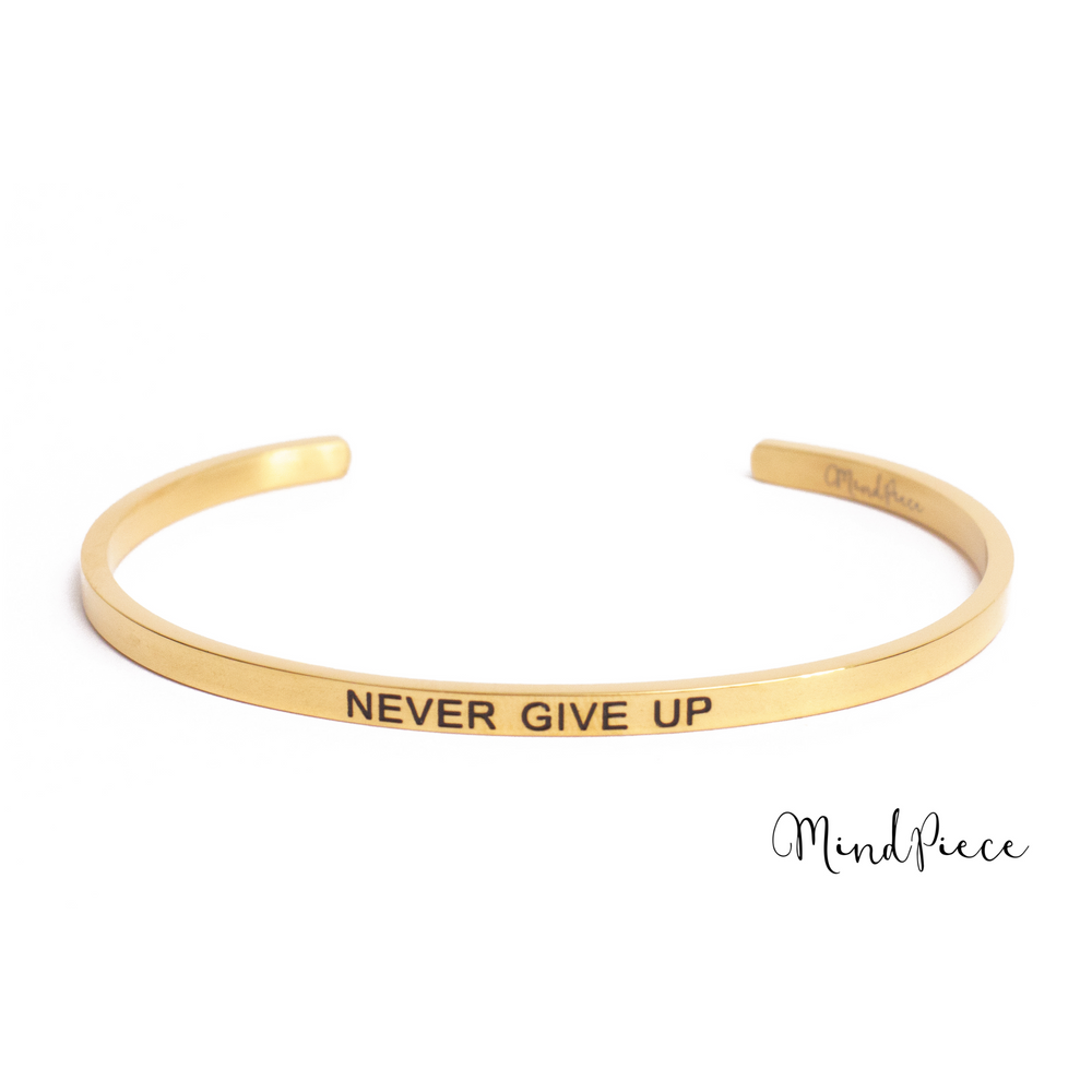 Gouden bangle quote armband met de tekst Never Give Up
