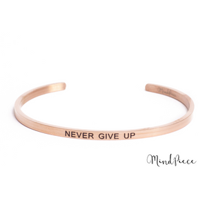 Rosé gouden bangle quote armband met de tekst Never Give Up