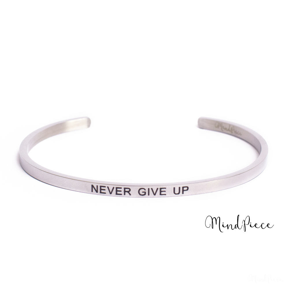 Zilveren bangle quote armband met de tekst Never Give Up