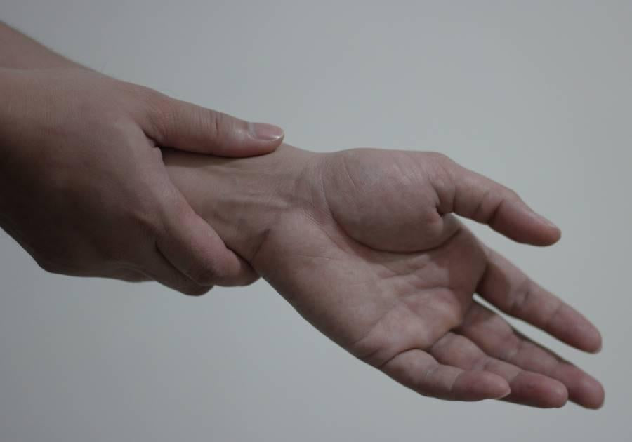 Is 'De Quervains' causing your Thumb Pain?-Essential Wellness