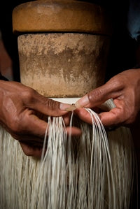 Hands weaving toquilla palm. Image: Ecua-andino hats.