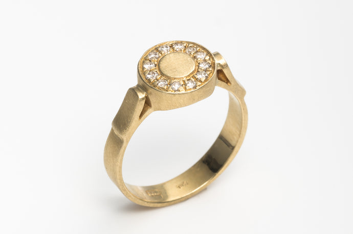Diamonds Round Engagement Ring in 18k Yellow Gold