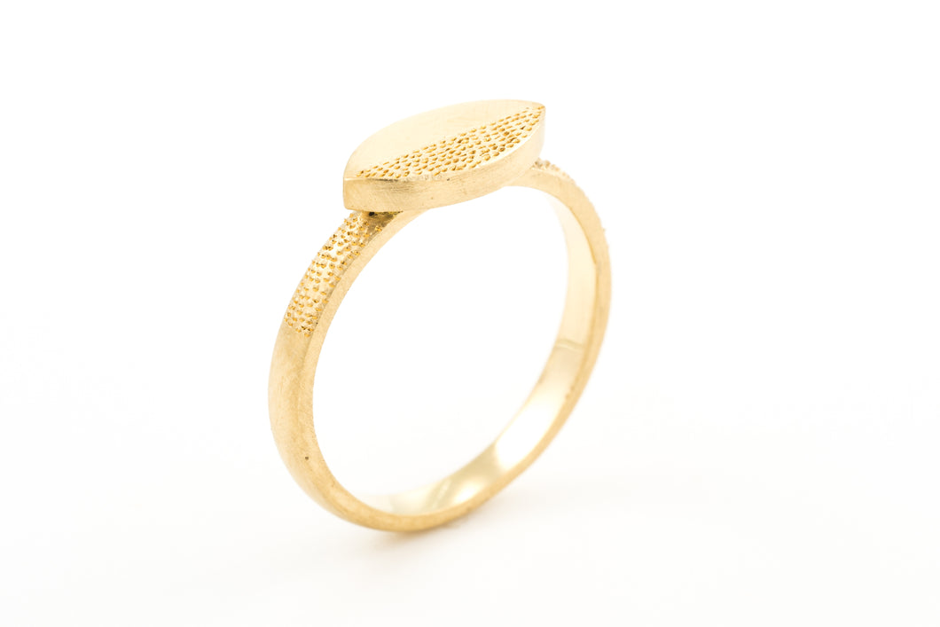 18K yellow gold marquise Engraved Ring