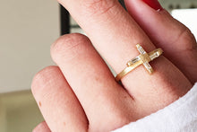Load image into Gallery viewer, 18k Baguette Engagement Ring set with Diamond