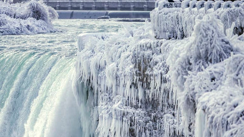 Niagara Falls freezes over as temperatures in North America plummet.  Photo: The Canadian Press