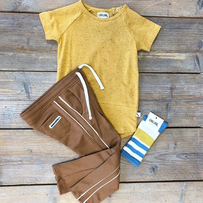 Kniesokken Blue Yellow flatlay camel trackpants