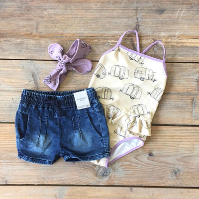 Small Rags Denim Short flatlay met Sproet & Sprout zwempak