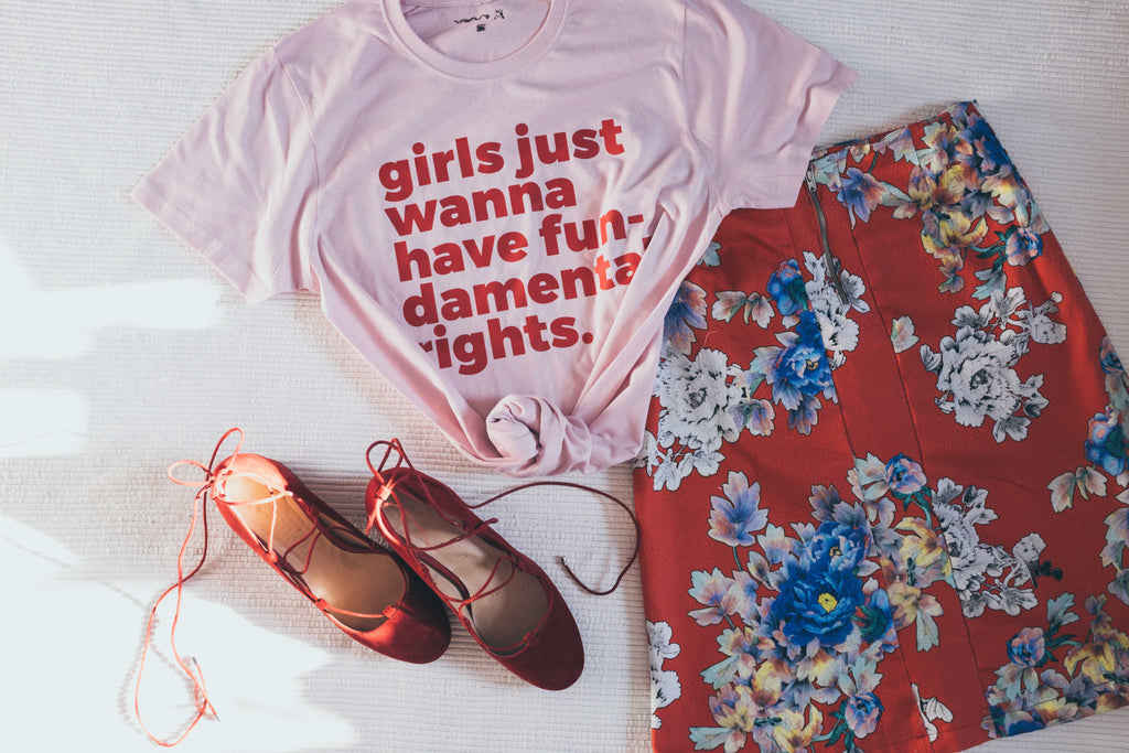 """Girls just wanna..."", camiseta unisex con letras en rojo."