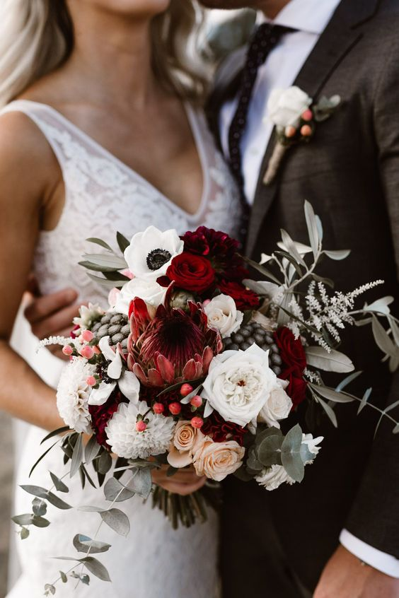 Red tones are a beautiful option for a winter wedding