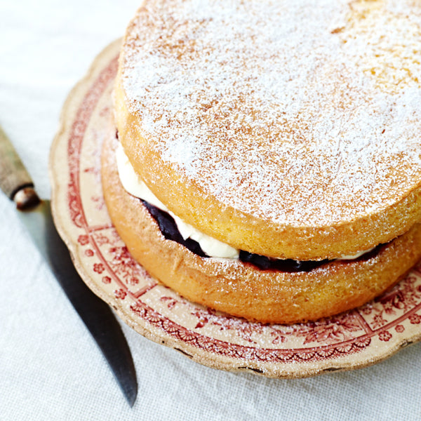 Why is it best to use fresh eggs at room temperature when making a sponge cake?